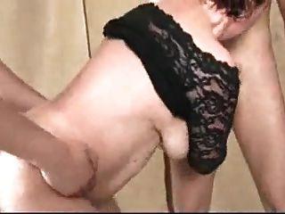 गैंगबैंग में बड़े saggy स्तन के साथ 2 परिपक्व