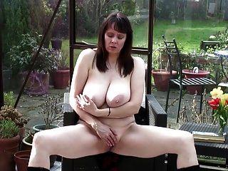 सेक्सी दादी बड़ा असली स्तन और गर्म शरीर के साथ