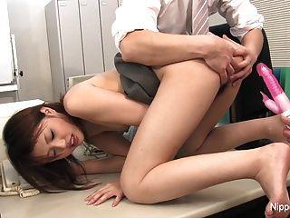 कार्यालय फूहड़ उसे अपने बालों योनी के साथ खेलने की सुविधा देता है