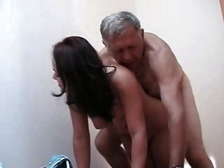बूढ़े और बूढ़े आदमी एक गर्म नौजवान fucks