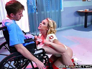 सुपर नर्स काग्नी लिन केर्टर ने अपने मरीज डैनी डी को ठीक किया