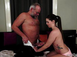 एडीनाना ब्रिल एक पुराने सज्जन को भगाता है