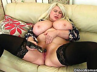 बड़े titted milf सैम खुद को एक dildo के साथ fucks