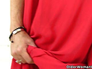 ब्रिटिश milf christina x में उसकी उंगलियों स्लाइड