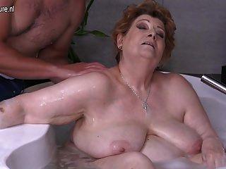 परिपक्व बीबीडब्ल्यू माँ कमबख्त बेटा स्नान में