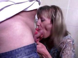 परिपक्व मां के साथ pissing और मोटा बकवास
