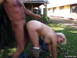 दादी वापस यार्ड में fucked हो जाता है