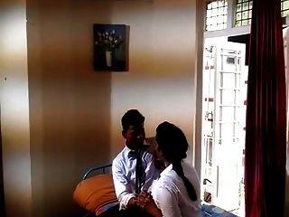 भारतीय पहली बार कॉलेज लड़की रोमांस