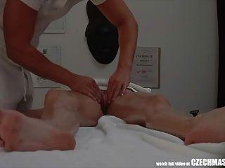 मालिश की मेज पर भावुक सेक्स