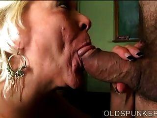 सुपर सेक्सी पुरानी spunker एक अद्भुत मैला blowjob देता है