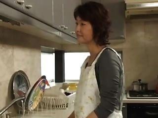 एक आकर्षक माँ 57 साल है