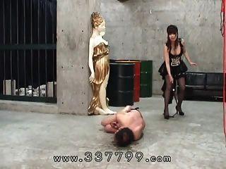 जापानी महिलाओं के दास के लिए एक कोड़ा के साथ हिट