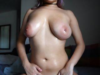 सुंदर लड़की अपने बड़े स्तन के साथ खेलते हैं