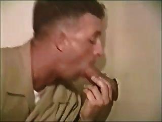 टॉयलेट में चूसने वाले सैनिक लड़के