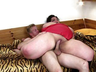 बड़ा परिपक्व माँ चूसना और बकवास किशोर लड़का