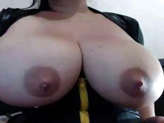 लैटिना सुंदर विशाल स्तन और दूध के साथ