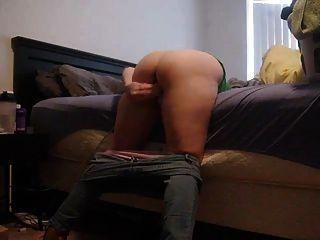 इस माँ से गहन गुदा या गधे के रूप में वह अपने बिस्तर पर leans
