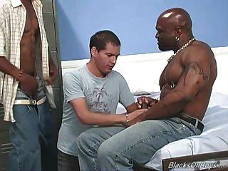 शौकिया सफेद आदमी काला दोस्तों द्वारा gangbanged हो जाता है