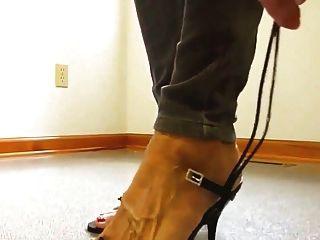 परिपक्व महिला नंगे पैर उच्च एड़ी के जूते