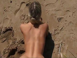 समुद्र तट पर गर्म सेक्स