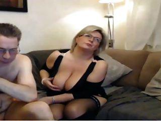 परिपक्व माँ के पास बड़े परिपूर्ण स्तन के साथ एक वेब कैमरा है I