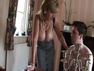 ब्रिटिश milf अपने स्तन के साथ युवा लड़के teases