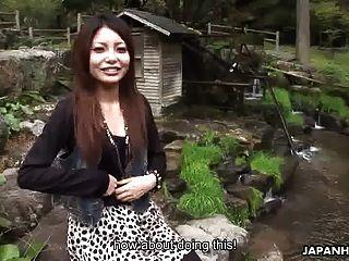 एशियाई आकर्षक गड़बड़ हो रही है और पर क्रीमयुक्त है