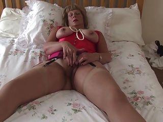 बड़े स्तन और भूख योनी के साथ सेक्सी दादी