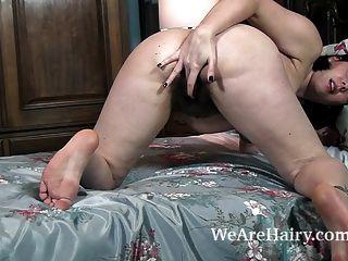 शर्लिन स्ट्रिप्स नग्न और उसके बिस्तर में masturbates