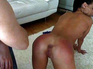 गर्म श्यामला फर्श पर spanked