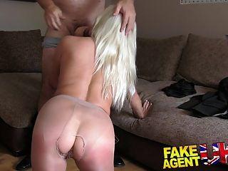 fakeagentuk बड़े स्तन के साथ उमस भरे गोरा बंधे हो जाता है