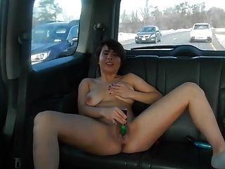लड़की कार में masturbates