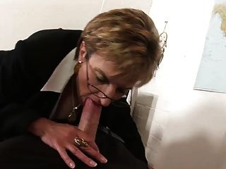 एक मेज पर ब्रिटिश महिला कमबख्त