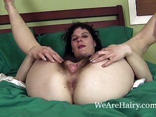धूप में उसके बालों वाले शरीर और masturbates