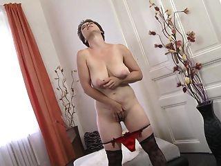शौकिया परिपक्व माँ बालों योनी और saggy स्तन के साथ