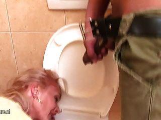 परिपक्व मां पेशाब और चेहरे पर pissing हो जाता है