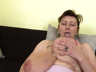 सुपर स्तन और भूखा योनी के साथ भव्य माँ