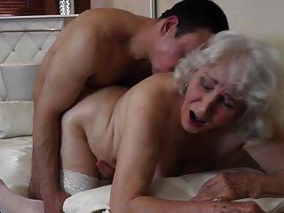 बालों वाली योनी के साथ दादी लड़के के साथ यौन संबंध रखने वाले