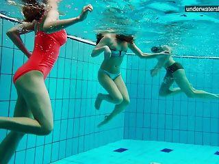 3 नग्न लड़कियों को पानी में मज़ा है
