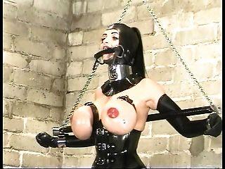 गर्मियों में कमिंग सही रबर सेक्स गुलाम