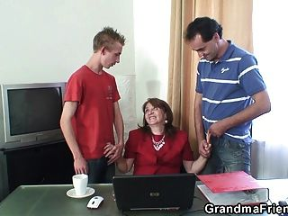 मोज़ा में 80 साल पुराने दादी के साथ कार्यालय 3some