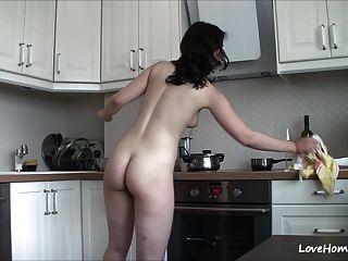 रसोई में नग्न हो रही है उसे खुश बनाता है!