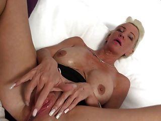 प्यास बड़ी योनि के साथ Busty दादी