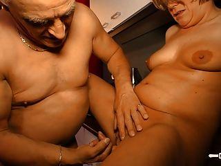 hausfrauficken परिपक्व जर्मन गृहिणी स्तन पर सह हो जाता है
