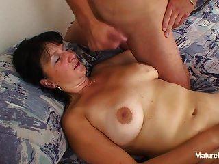 busty दादी उसके स्तन पर एक लोड लेता है