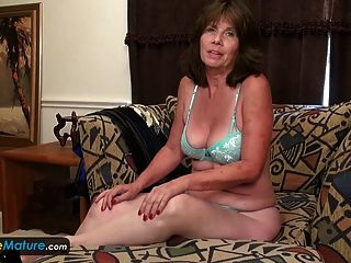 europemature जेड उसे वरिष्ठ योनी दिखा रहा है