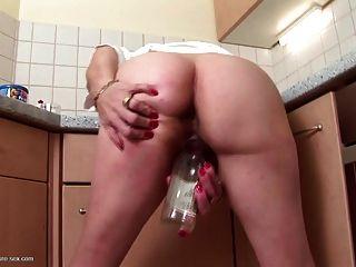 बूढ़ी कुतिया बोतल के साथ उसकी बदबूदार बालों वाले योनी fucks