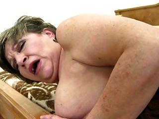 बेताब परिपक्व मां युवा सॉसेज की कोशिश करता है