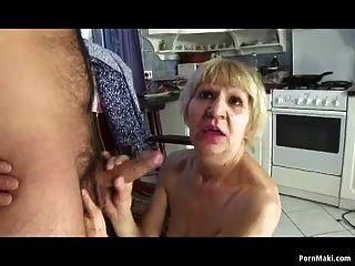 नानी उसके बेटे के साथ पैसे के लिए बकवास करता है