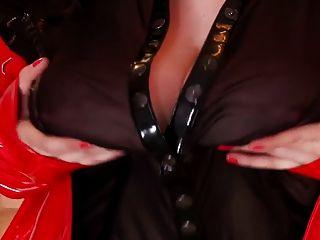 पति बेब उसे भारी स्तन के साथ खेलने के लिए प्यार करता है
